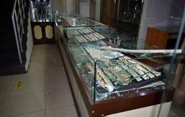 ВКиеве трое соружием ивбалаклавах ограбили ювелирку вТЦ