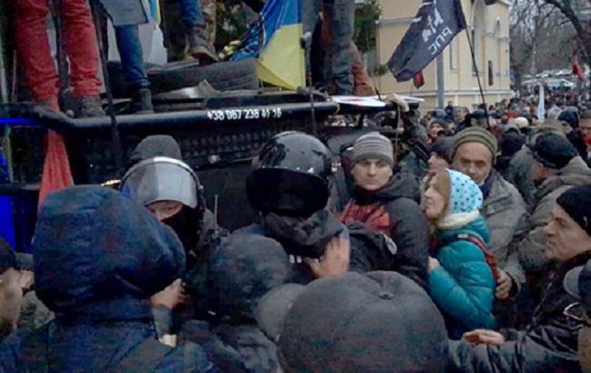 Фото: столкновения под Октябрьским дворцом (пресс-служба НПУ)
