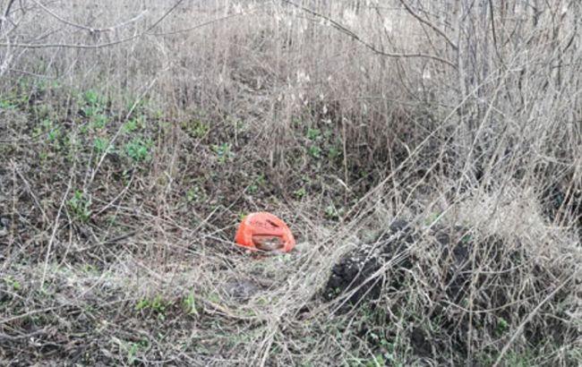 Фото: поліцейські знайшли міну біля залізниці