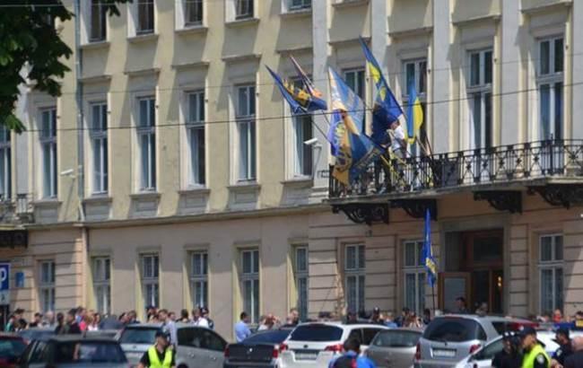З'явилося відео захоплення будівлі облради у Львові