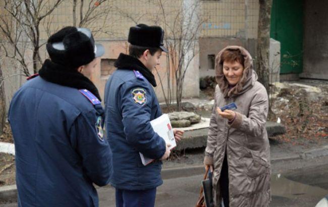Фото: полицейские проверят каждый дом в Донецкой области на предмет нелегальных заселений