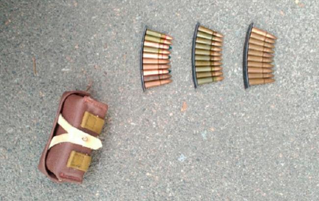 Фото: полицейские изъяли патроны у прохожего