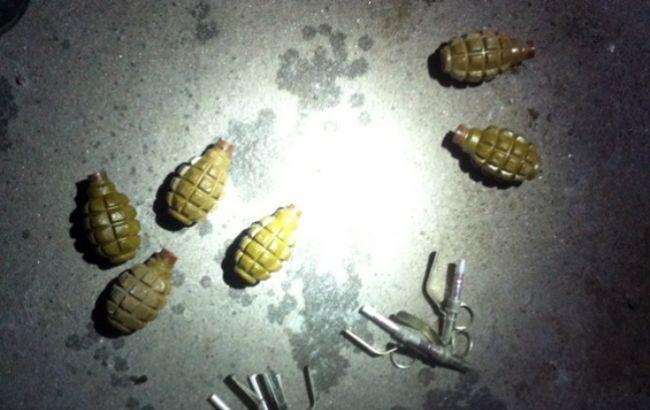 На Донеччині виявили схованку зі зброєю та боєприпасами - фото 1