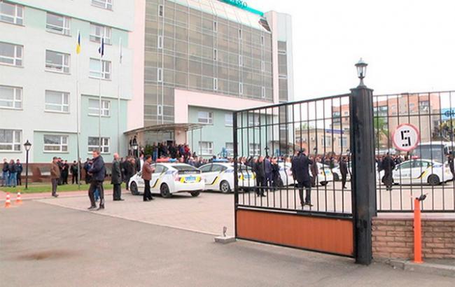 """Фото: неизвестные с оружием заняли здание """"Черкассыоблэнерго"""""""