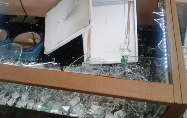 Фото: разбитая витрина с украшениями