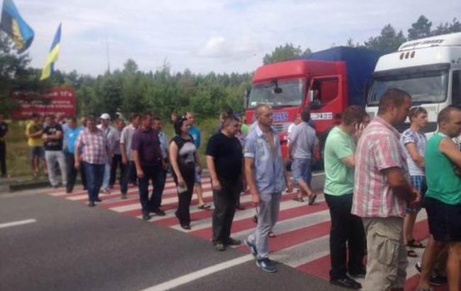 Фото: шахтеры проводят акцию протеста на международной трассе