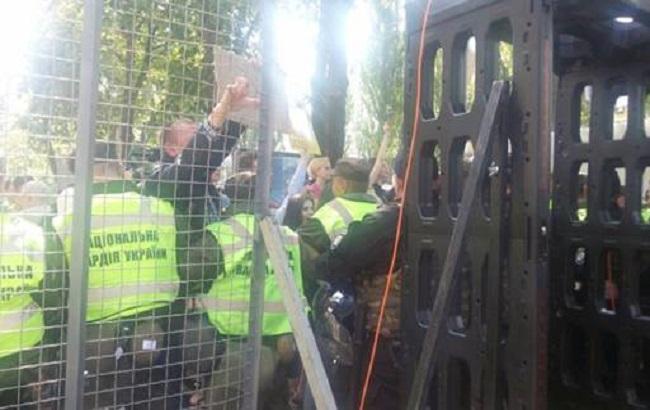Фото: активисты прорывались сквозь границу полицейских (пресс-служба НПУ)