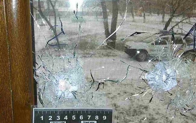 """Фото: невідомі вистрелили у вікно офісу """"Сіверського телебачення"""""""