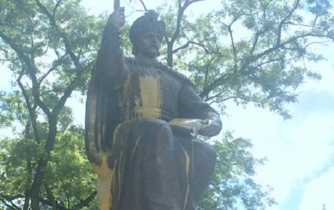 Фото: памятник Мазепе в Полтаве облили краской