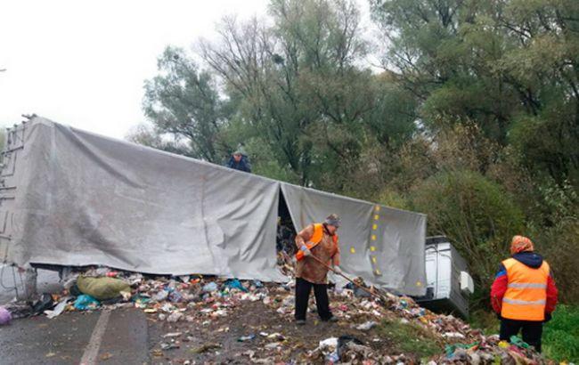 Фото: на в'їзді в Дубно перекинулася фура з відходами