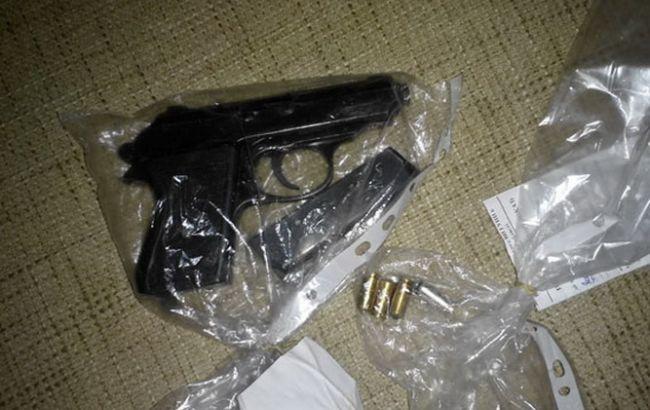 Фото: у хулигана изъяли пистолет, на который у него не было документов