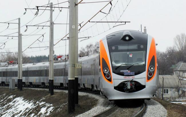 Фото: поїзд здійснив вимушену зупинку