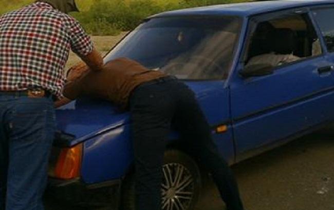 Фото: затримання одного з поліцейських