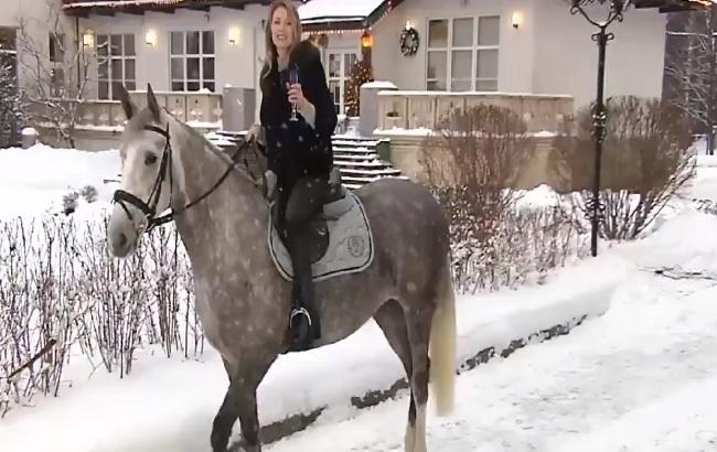 В соцсети высмеяли Поклонскую, поздравившую россиян верхом на коне (видео)