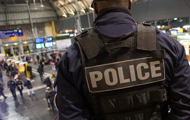 В Париже авто протаранило полицейский фургон, проводится спецоперация