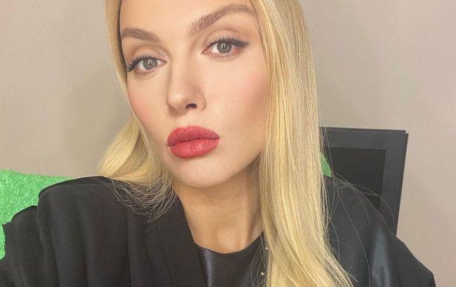"""Не отвести глаз: Оля Полякова поразила поклонников ярким макияжем и укладкой """"под каре"""""""