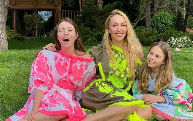 Яскраві красоточки: Оля Полякова викликала захоплення в мережі стильною фотосесією з доньками Машею і Алісою