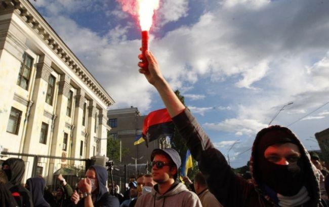 Фото: посольство РФ в Киеве забросали файерами ночью