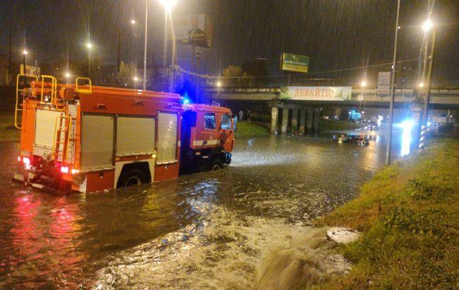 Ливень в Ивано-Франковске: из затопленного авто пришлось спасать людей