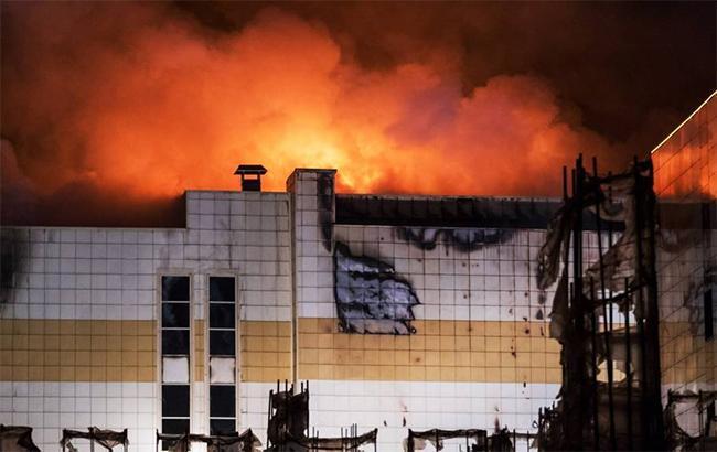 """""""Втратив у пожежі всю сім'ю"""": стало відомо про стан хлопчика, який вистрибнув з вікна палаючого ТЦ в Кемерово (відео)"""