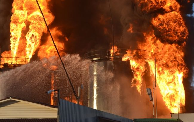 Фото: пожежа на нафтобазі під Києвом