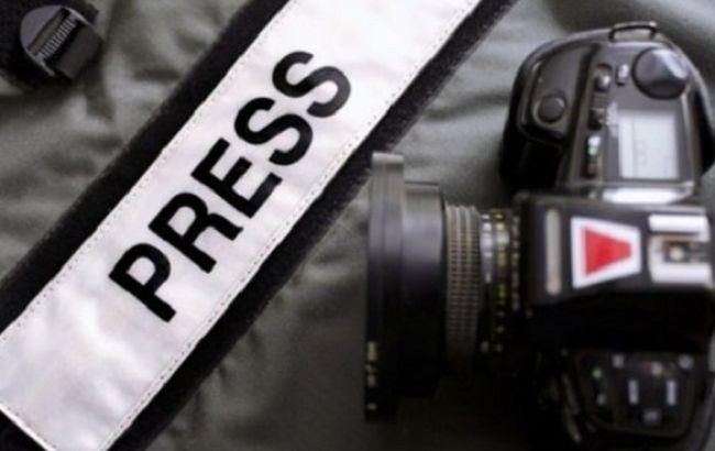 Мужчина избил корреспондента, который снимал видеосюжет одобыче песка