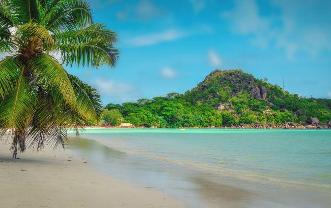 """""""Русалка"""" на экзотических островах: туристов на известном курорте удивила девушка с хвостом"""