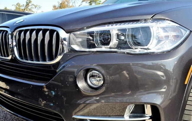 """""""Герой парковки"""": в сети обсуждают владельца BMW, который оставил авто прямо у входа в супермаркет"""