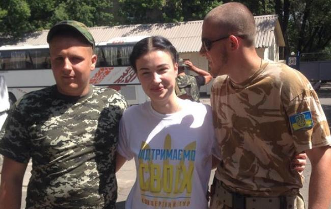 Фото: Анастасия Приходько среди бойцов АТО (joinfo.ua)
