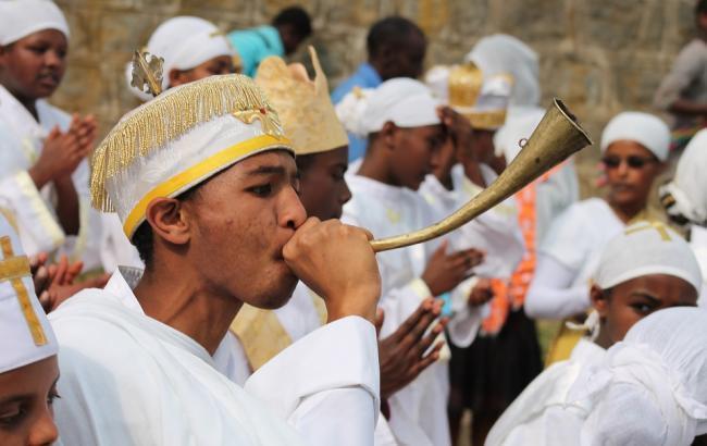 Священика відсторонили від служіння за реп на молитві