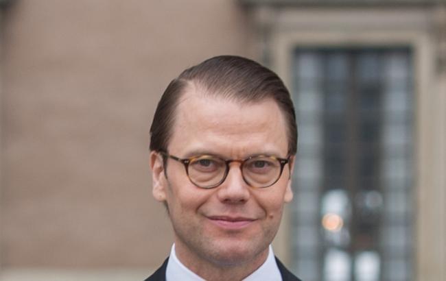 Шведський принц вчить дітей користуватися громадським транспортом і не боятися черг
