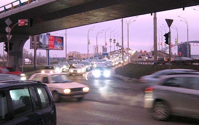 ВКиеве из-за дорожного происшествия сформировалась пробка намосту Метро (КАРТА)