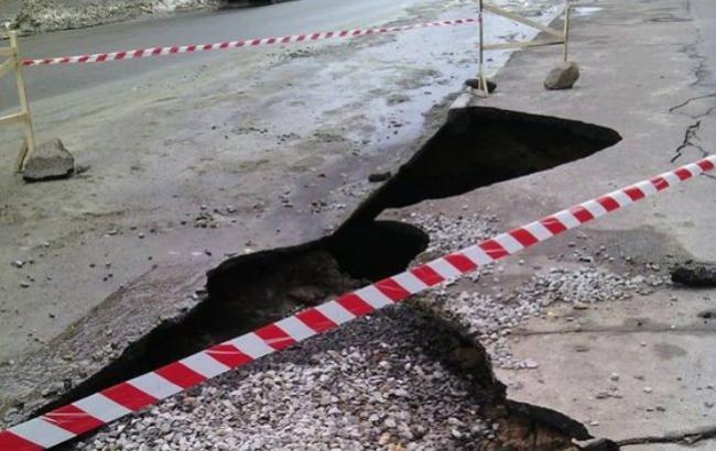 Фото: Провалився під землю асфальт (facebook.com/roman.musijchuk)