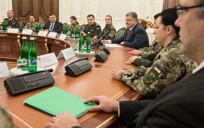 Порошенко поблагодарил женщин-военнослужащих за служение украинскому народу
