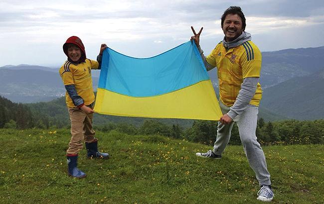 Сергій Притула з сином на марші збірної показали любов до України (відео)