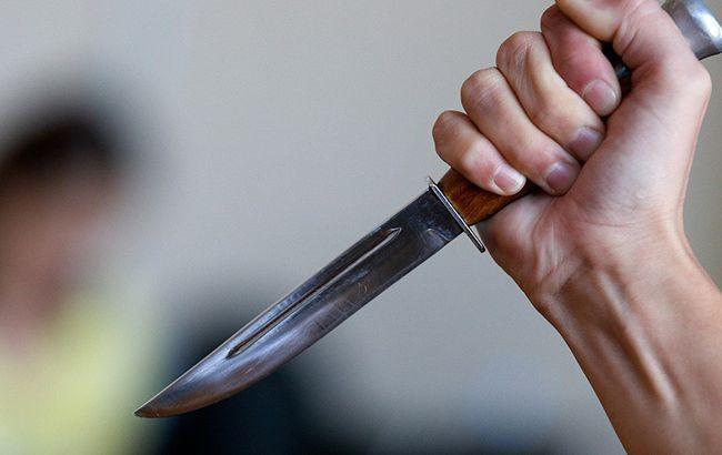 У Києві чоловіка штрикнули ножем в спину: він зробив зауваження компанії