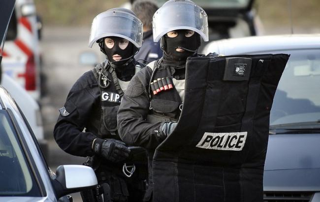 В Париже смертница подорвала себя во время спецоперации полиции