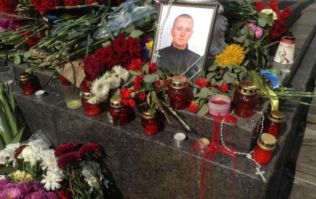 Кияни несуть квіти на місце загибелі нацгвардійця під Радою