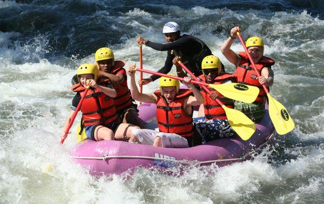 Свежий воздух и бурные реки: как влюбиться в рафтинг раз и навсегда