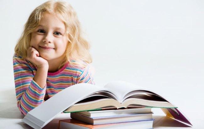 Фото: Дитина з книгами (razvitierebenka.com)