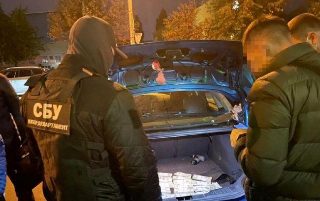 У Києві двоє чоловіків намагались збути 240 тисяч фальшивих доларів