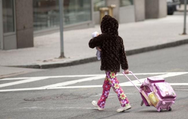Фото: Дитина на пішохідному переході (tvoymalysh.com.ua)