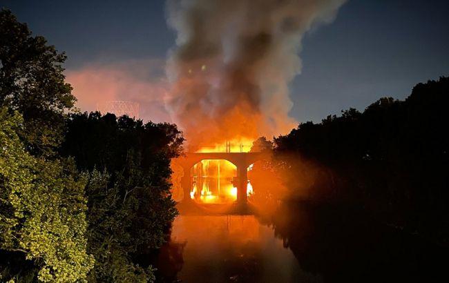В Риме сильный пожар охватил мост, возведенный в XIX веке