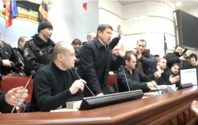 Фото: колишній керівник главку МВС в Донецькій області Роман Романов під час виступу в будівлі захопленої ОДА (YouTube-канал Єгора Фірсова)