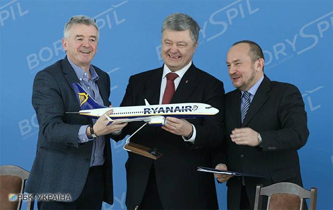 Майкл О'Лири, Петр Порошенко и Павел Рябикин на пресс-конференции Ryanair (фото Виталий Носач, РБК-Украина)