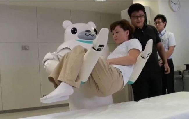 Фото: робот Asimo допомагає літнім людям з повсякденними завданнями