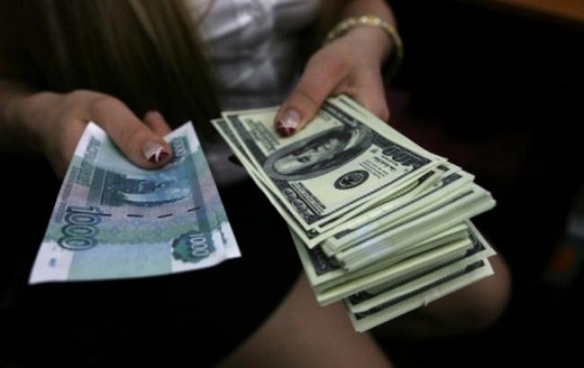 В России биржевой курс доллара упал до полугодового минимума