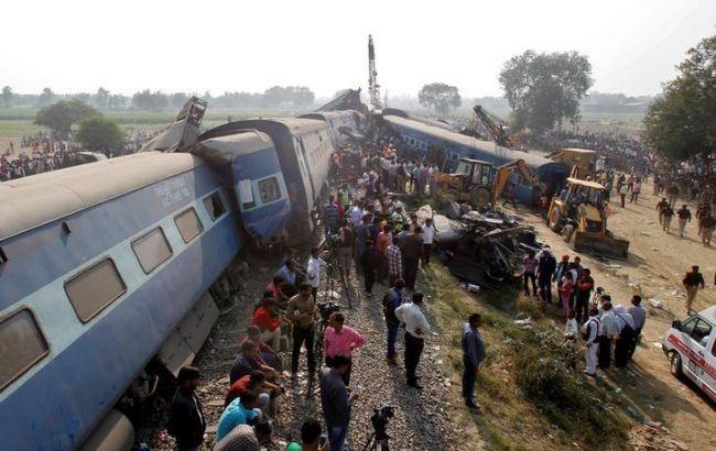 Фото: крушение поезда в Индии