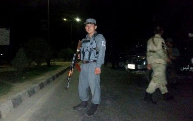 Фото: афганские силовики у здания вуза