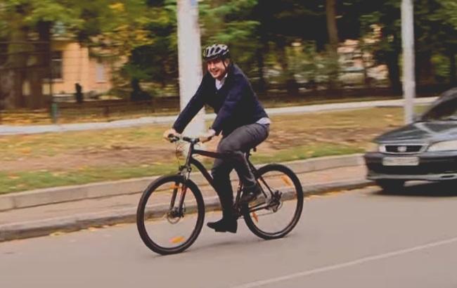 Саакашвілі приїхав голосувати на велосипеді. Відео